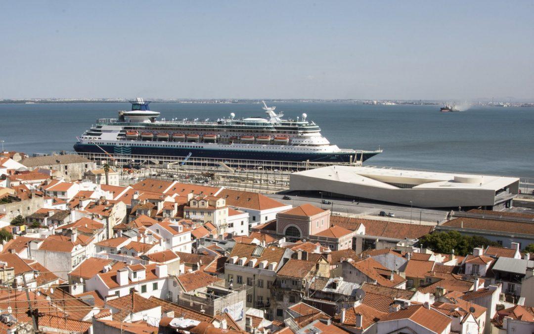 Cruzeiro proibido de atracar em Lisboa, desviado para Cádiz e passageiros colocados em autocarros para Lisboa